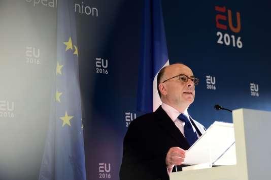 Le ministre de l'intérieur français Bernard Cazeneuve à l'issue d'une réunion de ses homologues européens à Amsterdam, le 25 janvier 2016.