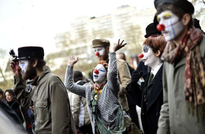 Des manifestants devant le tribunal de Nantes, qui a ordonné l'expulsion sous deux mois d'habitants résidant sur la zone du projet controversé d'aéroport.