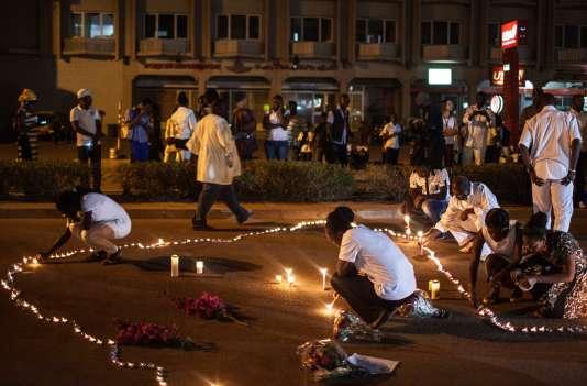 Samedi 23 janvier 2016, des bougies allumées pour les victimes de l'attentat contre un hôtel et un restaurant à Ouagadougou.