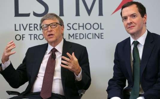 Bill Gates et George Osborne, lors d'une visite à l'Ecole de médecine tropicale de Liverpool, le 25 janvier. Les deux hommes ont annoncé la création d'un fonds de 4 milliards d'euros pour éradiquer le paludisme.
