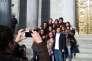 Segundo alias Abel (en bas à droite), le 13 janvier, devant le Parlement espagnol. Avec d'autres jeunes parlementaires et des amis de Juventud Sin Futuro, il prend la pose en souvenir de cette journée «historique».