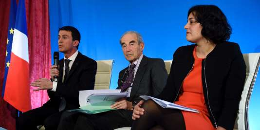 Manuel Valls, Robert Badinter et Myriam El Khomri lors de la remise du rapport sur le droit du travail, le 25 janvier, à Matignon.