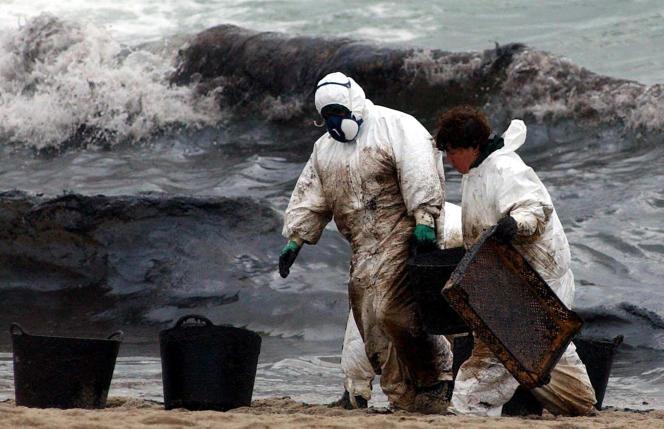 Des soldats espagnols nettoient  la plage de Carnota (Galice), en janvier2003 après le naufrage du «Prestige».