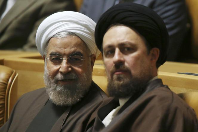 Hassan Khomeyni (à droite), petit-fils du fondateur de la République islamique d'Iran, avec le président Hassan Rohani, à Téhéran, en avril 2015.