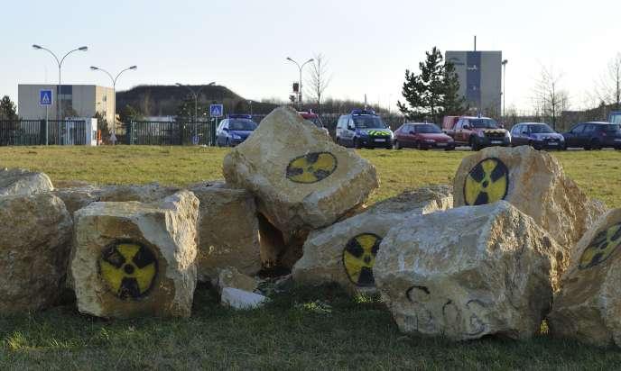 Symboles du risque nucléaire peints sur des pierres près du site Cigéo de stockage des déchets radioactifs à Bure, dans la Meuse, en janvier2016.