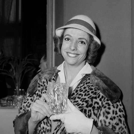 """La soprano Denise Duval à Paris, le 21 avril 1960, avec son Orphée d'or pour son interprétation dans """"La Voix humaine"""", de Francis Poulenc."""