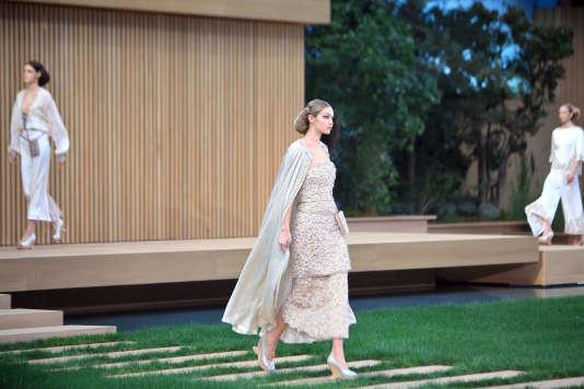 """Chignon roulé sur la nuque et grâce évanescente, la  femme Chanel se veut """"écolo-chic""""."""
