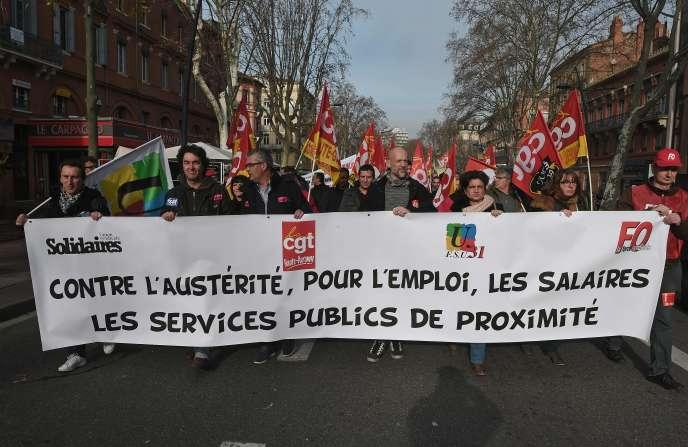 Des fonctionnaires manifestent, notamment pour réclamer une augmentation de salaire, le 26 janvier 2016 à Toulouse.