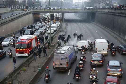 Lors de la manifestation des chauffeurs de taxi à la porte Maillot à Paris le 26 janvier 2016.