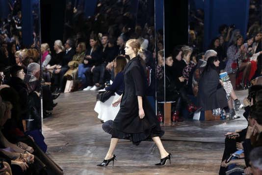 Chez Christian Dior, l'avenir est en suspens mais la femme a de l'allure et de l'assurance.