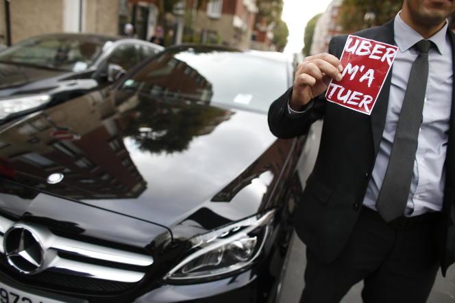 Manifestation des taxis parisiens contre la société de VTC Uber, le 13 octobre 2015, à Paris.