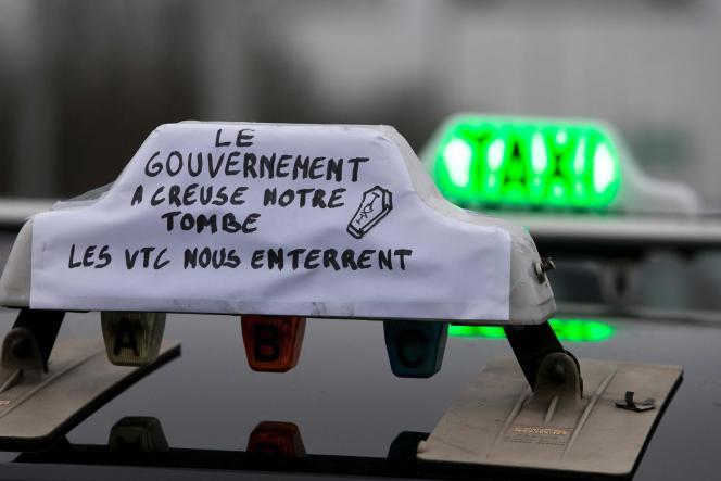 Des chauffeurs de taxi participent à une manifestation pour protester contre la concurrence de la société d'applications de taxi Uber, en banlieue parisienne, le 26 janvier 2015.