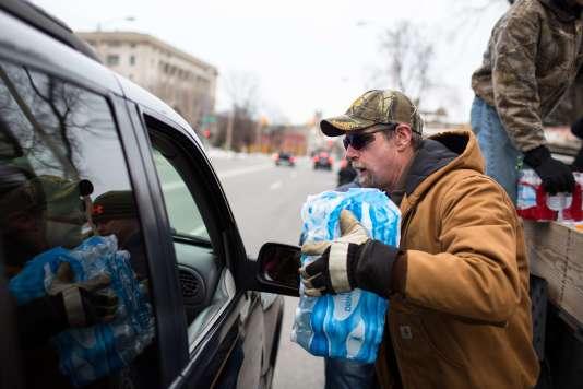 Distribution d'eau par des volontaires à Flint dans le Michigan le 24 janvier 2016.
