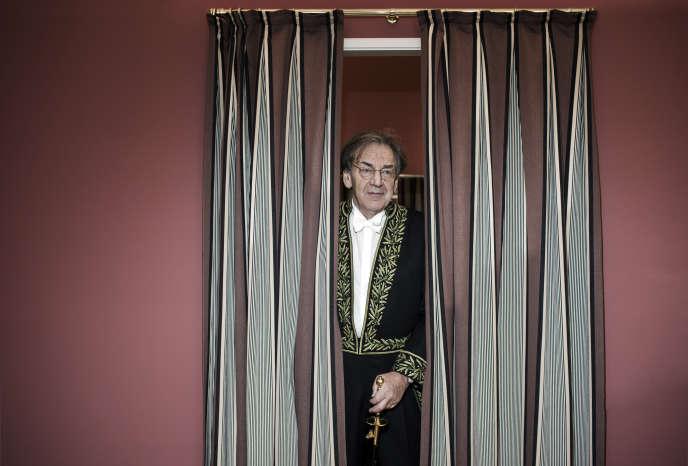 Alain Finkielkraut pendant les essayages de son costume d'académicien, le 25 janvier.