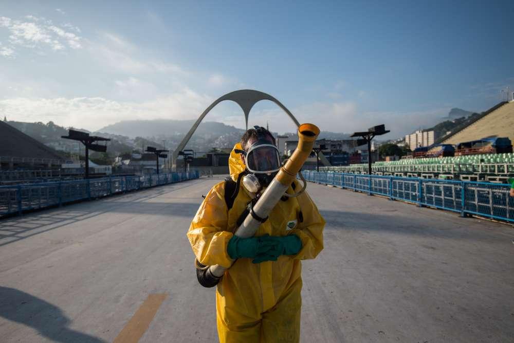 Malgré la bonne humeur, Les autorités de Rio ont préféré ne pas courir de risques. Plusieurs agents de la ville ont pulvérisé les 700 mètres de la piste du Sambadrome et les tribunes pour éliminer tout foyer de prolifération du moustique qui transmet également la dengue, la fièvre jaune et la chikungunya.