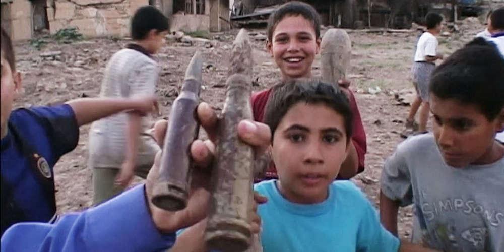 En février 2003, un mois avant l'invasion américaine, le documentariste irakien Abbas Fahdel revient au pays avec une caméra légère et se met à filmer les membres de sa famille, partout, tout le temps, et à travers eux, le quotidien des Irakiens. Deux mois après l'assaut qu'il a vécu depuis la France, il retrouve les mêmes personnes, les mêmes lieux, ébranlés par un choc terrible dont il est encore difficile de prendre la mesure. Le film qu'il tire des 120 heures de rushes accumulées, grande fresque qui nous parvient près de dix ans après les faits, est découpé en deux parties, selon la chronologie du tournage : un « avant » et un «après » ce point aveugle qu'est la guerre.