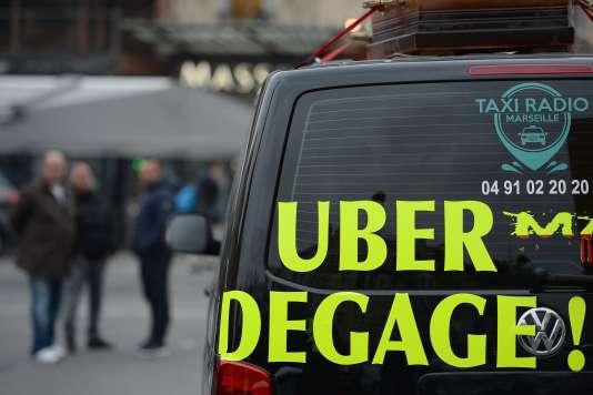 A Marseille, le 27 janvier. Selon l'UNT, Uber entretenait une «ambiguïté» quant à la possibilité de stationner sur la voie publique en attente d'un client sans réservation préalable («maraudage»).