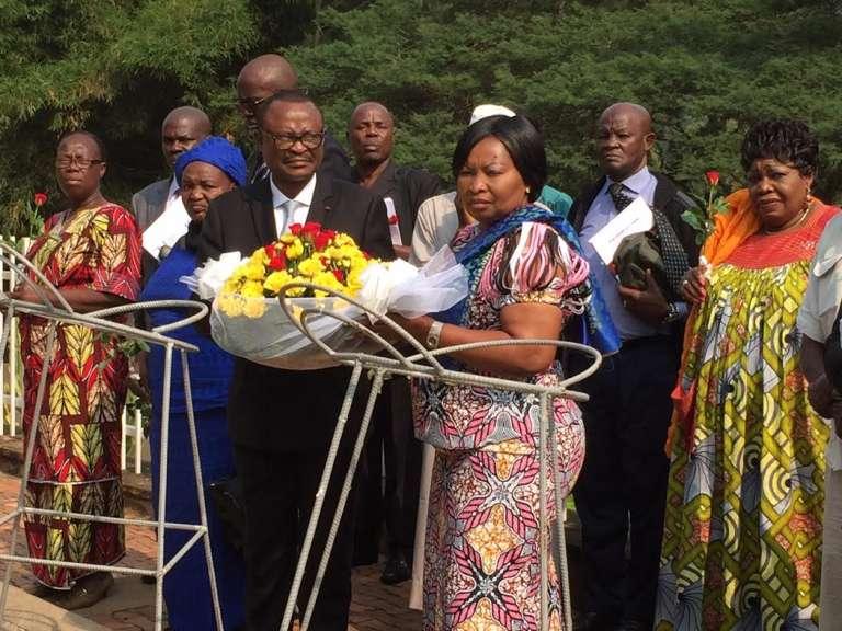 Clément Anicet Guiyama et Brigitte Izamo Balipou, conseillers politique et juridique de la présidente centrafricaine Catherine Samba-Panza, déposent une gerbe au Mémorial  du génocide rwandais à Kigali, début janvier 2016.