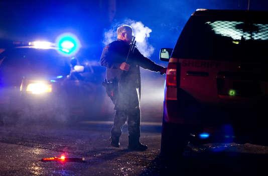 La police bloque la route 395 au niveau de la ville de Seneca dans l'Oregon dans la cadre de l'opération d'évacuation du refuge de Malheur engagée mardi 26 janvier dans la nuit.