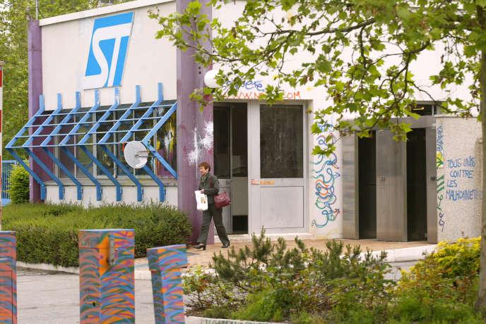 Une employée de l'usine STMicroélectronics quitte le site de Rennes, le 17 mai 2005. Le groupe a annoncé, le 27janvier, la suppression de 1400 postes dans le monde (430 en France) ces trois prochaines années.