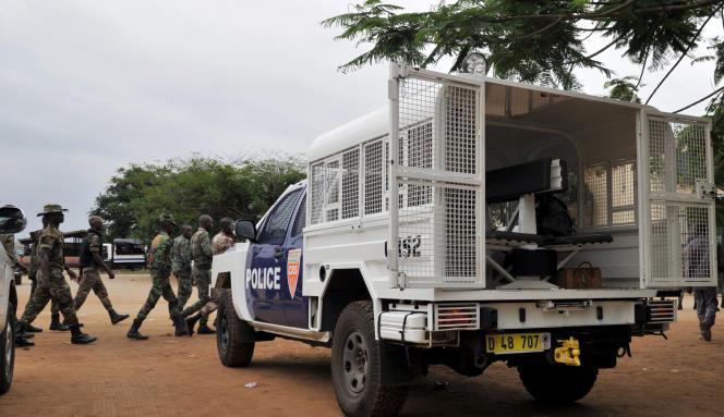 Des policiers et militaires ivoiriens se déploient autour de la maison d'arrêt et de correction d'Abidjan (MACA), le 24 juillet 2013, après une tentative d'évasion.
