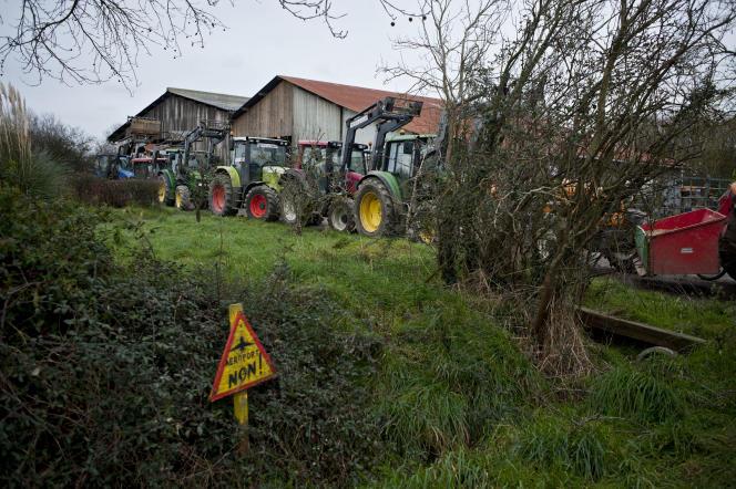 Sur la ZAD de Notre-Dame-des-Landes, lieu dit Le Liminbout, le 27 janvier 2016. janvier 2016. Une soixantaine de tracteurs sont venus entourés la ferme de Sylvie et Marcel Thébault concernés par l'arrêté d'expulsion du 25 janvier 2016.