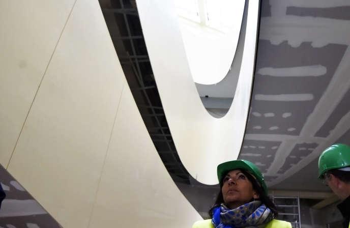 La maire de Paris Anne Hidalgo sur le site des Halles en travaux, en janvier 2016.