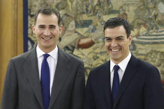 Le roi Felipe VI (à gauche) et le secrétaire général du Parti socialiste ouvrier espagnol, Pedro Sanchez, le 22 janvier 2016 à Madrid.