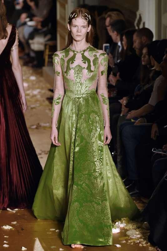Chez Valentino, la femme nimbée de soie est une star intouchable…