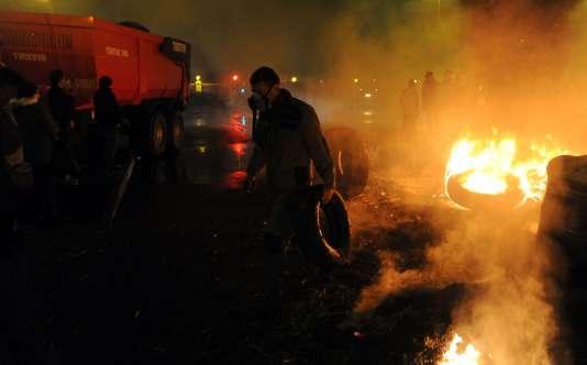 Des agriculteurs ont déversé des monceaux de déchets et de pneus et allumé des feux aux abords de la préfecture, le 27janvier.