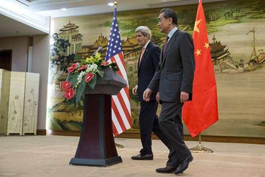 Le secrétaire d'Etat américain, John Kerry (à gauche), et son homologue chinois, Wang Yi, après leur conférence de presse commune, à Pékin, le 27 janvier.