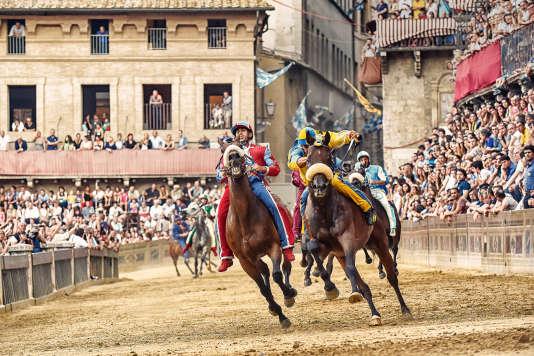 Spectaculaire course de chevaux, le Palio de Sienne attire chaque année des milliers de spectateurs sur la Piazza del Campo (ici en 2015).
