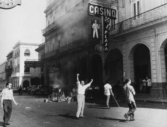 Les Cubains brûlent des tables et des roues de roulette en dehors du Casino du Plaza Hôtel dans la Vieille Havane à Cuba, en janvier 1959. Le 1er janvier 1959, le dictateur Fulgencio Batista a fui Cuba et les rebelles ont pris le pouvoir.