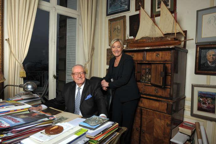 Jean-Marie Le Pen et Marine Le Pen posent dans le manoir de Saint-Cloud près de Paris en novembre 2010.