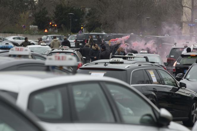 Manifestation des chauffeurs de taxi contre les VTC, place de la Porte Maillot à Paris, le 27 janvier.