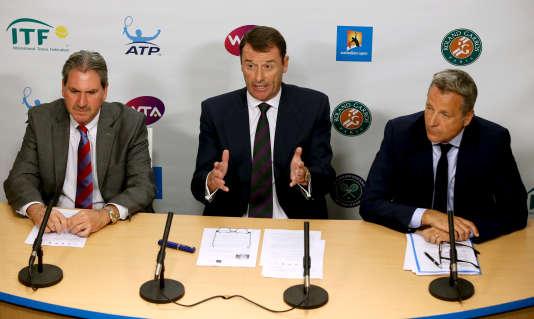 Le directeur de Wimbledon, Philip Brook, au centre. A droite, le directeur de l'ATP, Chris Kermode et le président de la fédération internationale de tennis, David Haggerty, lors de leur conférence de presse à Melbourne, le 27 janvier.
