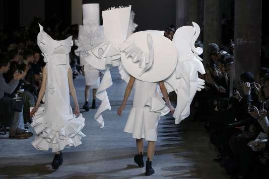 Du blanc virginal et des robes collages cubistes pour  Viktor & Rolf (Paris, le 27 janvier 2016).