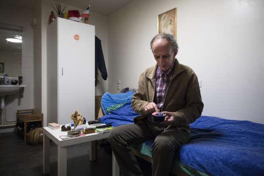 Doru, hébergé par les Enfants du Canal, dans sa chambre du centre de la rue Vesale, dans le 5ème arrondissement de Paris, le 26 janvier 2016.