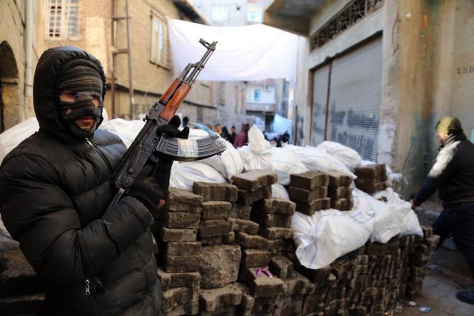 Le 27 janvier, un militant du PKK protège une barricade dans une rue de Diyarbakir, grande ville à majorité kurde du sud-est de la Turquie.