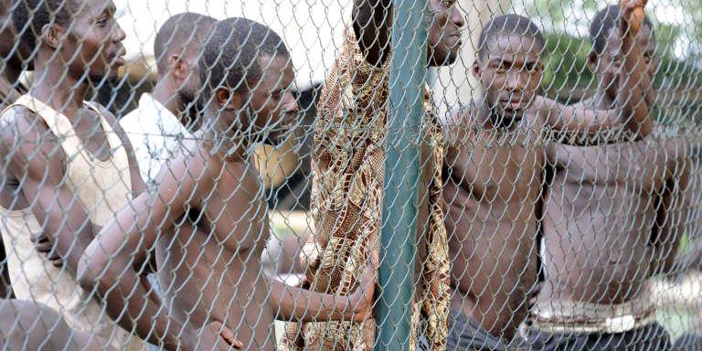 Miliciens partisans de Laurent Gbagbo lors de leur arrestation en avril 2011.