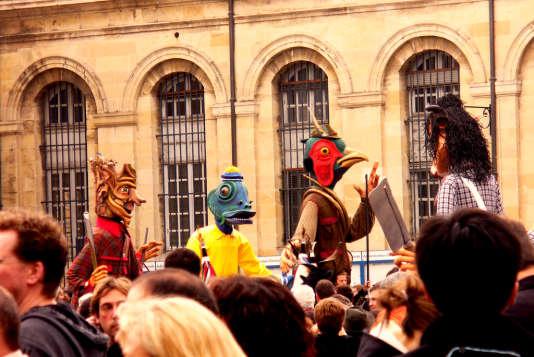 """Les géants """"recyclables"""" du carnaval de Bordeaux."""
