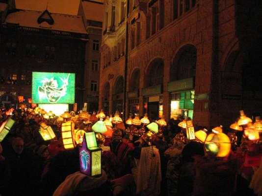 A Bâle, le défilé se fait la nuit, à la lumière des lanternes.