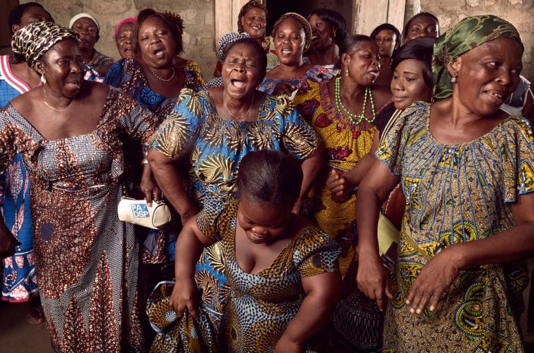 Les femmes de l'association Delali, dans un quartier défavorisé de Lomé, où les femmes, sous la houlette de Colette, la femme du chef du village qui a adopté 13 orphelins, se battent pour leur survie en développant des micro-entreprises.
