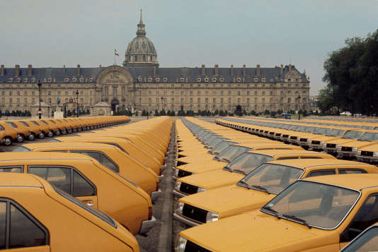 Lancement, le 25 mai 1976, du nouveau modèle de Renault, la R14, sur l'Esplanade des Invalides à Paris.