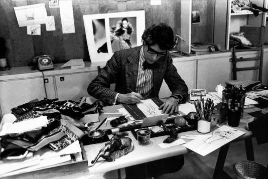 Yves Saint Laurent, dans son atelier, en 1976.