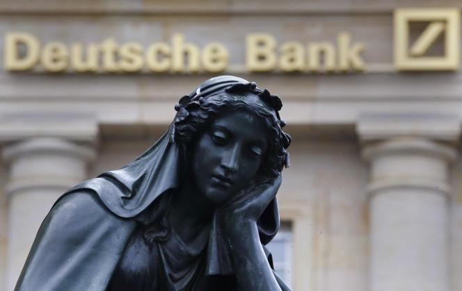 Une statue devant la Deutsche Bank à Francfort, le 28 janvier 2016.