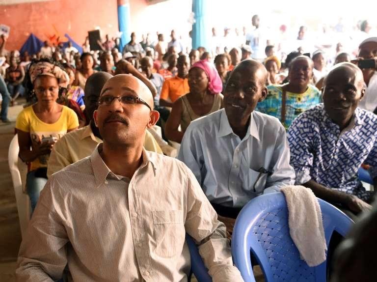 Michel Gbagbo, à gauche, le fils de l'ancien président ivoirien Laurent Gbagbo. Il assiste au procès de son père dans le bar Le Baron du quartier de Yopougon, à l'ouest d'Abidjan.