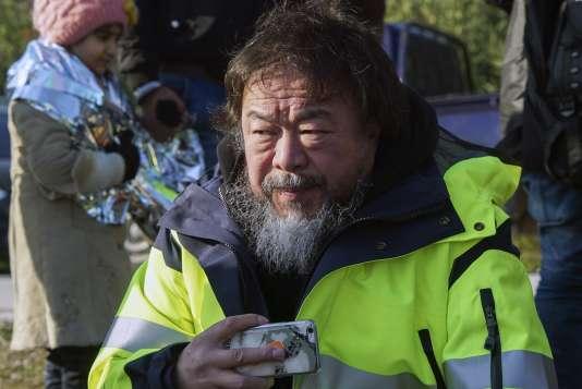 L'artiste chinois Ai Weiwei avec des réfugiés sur l'île grecque de Lesbos, le 28 janvier 2016.