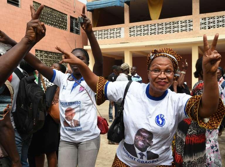 Des partisans de l'ancien président ivoirien Laurent Gbagbo à Abidjan, au premier jour de son procès à la Cour pénale internationale à La Haye.