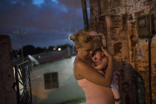Une mère de famille brésilienne avec son enfant atteint de microcéphalie, à Récife, le 27 janvier.